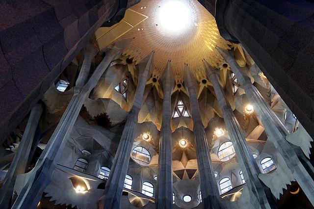 640px-Interior_Sagrada_Familia_-_Columnas_cúpula_central
